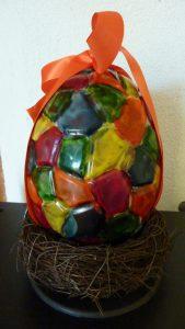 Gros œuf multicolore